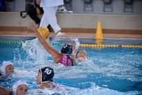 A képen a következők lehetnek: 1 személy, medence és víz